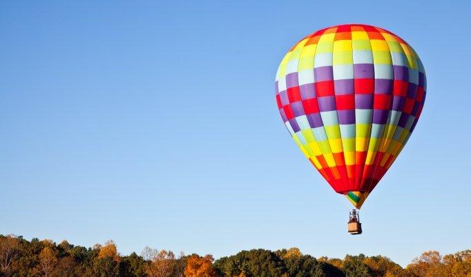 Ballonfahrt mit blauem Himmel über Winschoten
